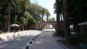 7. Ulica wybudowana na byłej fosie poprowadzona została pod kamiennym mostem twierdzy.