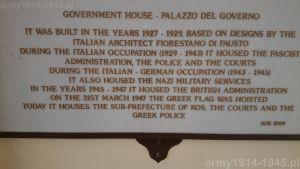 Tablica w wejściu do budynku obecnej greckiej prefektury, policji i sądu, dobrze oddaje stosunek Greków do opowiadanej tu historii. Palazzo del Governo zaprojektowany przez wybitnego włoskiego architekta Fiorestano di Fausto, a wybudowany przez Włochów w latach 1927-1929, był dla nich jedynie symbolem obcej władzy. Dla Greków była to najpierw okupacja włoska, później włosko-niemiecka. Jedynie okresu angielskiej administracji z lat 1945-1947 nie nazywają okupacją a wolność rozpoczęła się 31 marca 1947 r. po podniesieniu greckiej flagi. (Isola Coo)