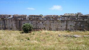 38. Środkowa część południowo-zachodniego muru zamku wewnętrznego. Pod murem znajdowała się kiedyś fosa (obecnie zasypana).
