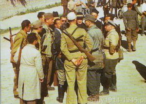 Włoscy faszyści z włoskimi księżmi w rozmowie z niemieckimi sojusznikami o konieczności obrony włoskiej ziemi przed Aliancką inwazją. Wielu z nich uzbrojonych jest w MAB 38A