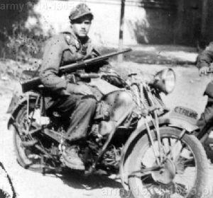 Żołnierz RSI na motocyklu uzbrojony w MAB 38A