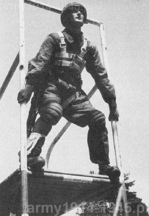 Skok treningowy do piaskownicy, ale w pełnym rynsztunku, ze spadochronem IF.41/SP, pistoletem Beretta i z MAB 38A przy nodze w specjalnej kieszeni (po skoku broń opuszczano na 2,5 m linie).