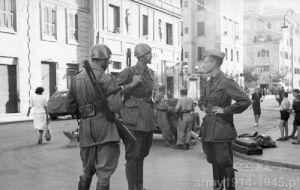 Wyjątkowe zdjęcie z krótkich walk w Rzymie w 1943 r. Żołnierze na zdjęciu dysponują MAB.38A z nasadzonymi bagnetami składanymi.
