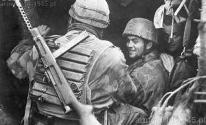 Włoscy i niemieccy spadochroniarze w rozmowie na froncie. Włoch uzbrojony w MAB 38A