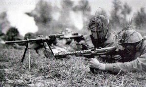 MAB 38A użyty w bitwie na froncie wschodnim, obok rkm Breda Mod.30