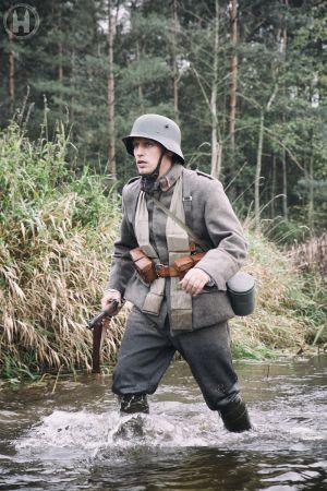 Strzelec 3 pułku na przeprawie.