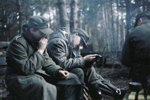 Chwila wytchnienia oraz zbieranie nieśmiertelników poległych towarzyszy broni - marzec 1945 - okolice Królewca.