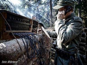 Żołnierz Wehrmachtu próbuje nawiązać łączność z jednym z bunkrów na froncie wschodnim - październik 1944.