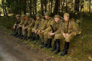 Drużyna piechoty Armii Czerwonej podczas krótkiego odpoczynku - płw. Sworbe 1944. Fot. Robert Dubaj