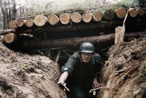 Gdzieś na froncie wschodnim - żołnierz WH wychodzący z ziemianki.