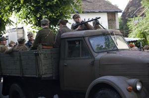 Partyzanci 5 Wileńskiej Brygady AK wjeżdżają do Bobolic 1946. Inscenizacja z 2014r. Fot. Karolina Pawłowska