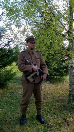 Podlasie maj 1945, ppor. 5 Wileńskiej Brygady AK. ( Mundur wg. wzoru 36, rogatywka, na lewej kieszeni ryngraf z Matką Boską Ostrobramską, pistolet maszynowy niemiecki MP40, ładownica do MP40, kabura na broń krótką, niemiecka na P08 )