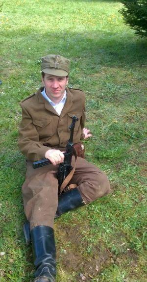 Pomorze maj 1946r. Partyzant 5 Wileńskiej Brygady AK. Rogatywka wz. 43, bluza powojenna szyta na wzór brytyjskich battle-dressów, spodnie bryczesy, buty saperki, pistolet maszynowy MP40, na pasie z lewej strony kabura z pistoletem TT wz.33. na kaburze trofeum wojenne - sowiecki order wielkiej wojny ojczyźnianej.