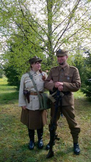 Podlasie 1945r. Partyzancka para w 5 Wileńskiej Brygadzie AK. Sanitariuszka oraz podporocznik. Sanitariuszka w bluzie WP wz.43. spódnica cywilna, oficerki, rogatywka wz. 37, na pasie w kaburze pistolett TT wz.43. Podporucznik w mundurze wz.36 wsparty na niemieckim karabinie maszynowym MG34.