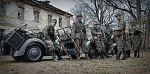 """Grupa na planie filmu """"Wyklęty"""" - epizod z Powstania Warszawskiego"""