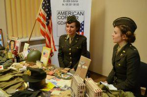 Wystawa w bibliotece American Corner w Gdańsku połączona z wykładem na temat historii korpusu pielęgniarskiego. 2012.