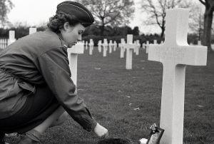 Holandia: Netherlands American Cemetery and Memorial przy grobie pielęgniarki Wilmy R. Vinsant, która zginęła w ostatnich miesiącach wojny w katastrofie lotniczej.