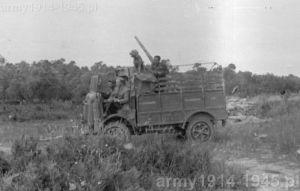 To zdjęcie podpisywane jest często, że jest to SPA CL 39 uzbrojony w 20 mm działko. Jednak to nie prawda. Samochód przejeżdżał właśnie obok stanowiska działa przeciwlotniczego średniego kalibru i widać za nim jego podniesioną lufę. Część worków osłaniających to stanowisko widać za samochodem.
