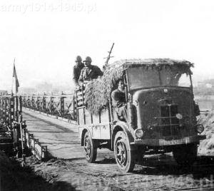 SPA CL 39 po pokonaniu mostu nad rosyjską rzeką. Na skrzyni ustawiony Breda mod. 37 kal. 8 mm. Samochód należał do pierwszej serii produkcyjnej.