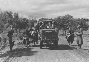 """Zdjęcia zrobione po bitwie pod Guadalajara w marcu 1937 r. Autocarretta OM 32 widoczna na zdjęciu służyła do holowania trzeciego działa w baterii """"Centauro"""" (Archivio Rojo AGA,33,F)"""