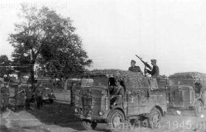 SPA CL 39 na froncie wschodnim. Na pojeździe ustawiony ckm Breda Modello 37. Ciężarówka holuje inny uszkodzony pojazd.