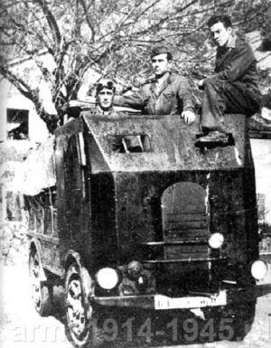 Prowizorycznie opancerzony SPA CL 39 używany na Bałkanach do holowania działka 47/32.