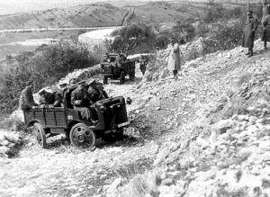 Prezentacja autocarretta 35 w jeździe terenowej oficerom wojsk zmotoryzowanych Acque Albuie na San Polo dei Cavalieri (Tivoli).