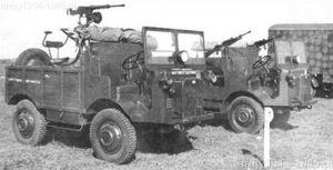 Na lewo Na pierwszym planie autocaretta mod.33 z ustawioną lawetą przeciwlotniczą firmy Moto Guzzi z jednym ckm. Na drugim planie autocarretta modello 36P DM z do przewozu żołnierzy z dwoma rkm Breda. Sfotografowane w Nettuno w 1936 r.