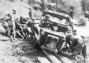 Trudna prowizoryczna przeprawa podczas działań przeciwko Francji w Alpach w czerwcu 1940 r.