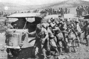 Erytrea rok 1935. Autocarrette OM 32 przekracza rzekę z pomocą żołnierzy Ascari.