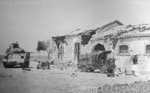 Uszkodzona Autocarretta SPA CL 39 skapitulowała przed Shermanem - prawdopodobnie - Sycylia 1943 r