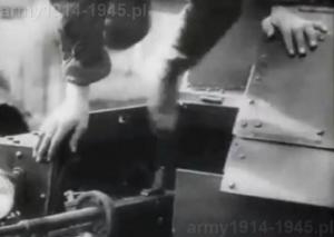 Strzelec zajmuje stanowisko. Do załóg T-27 dobierano ludzi niskiego wzrostu.