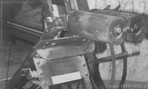 Wewnątrz tych widocznych obudów znajdowały się sprężyny śrubowe, które wprawiały w ruch ramię miotacza (widok od przodu miotacza)