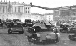 Parada w Leningradzie w 1932 r. Na pierwszym planie T-27. W tle po lewej dwu-wieżowe T-26 a po prawej czołgi T-18.