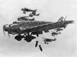 Samoloty bombowe Savoia-Marchetti SM.81 Pipistrello. W Castel Benito maszyny tego typu pełniły rolę maszyn do treningu skoczków.