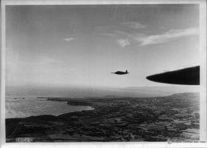 Seria dziewięciu archiwalnych zdjęć z przebiegu desantu. Samoloty nadlatują nad cel (dzięki alieuomini.it zdjęcia ze zbiorów Archivio Centrale dello Stato)