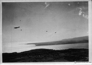 Desant powietrzny na Kefalonię rozpoczęty. Pierwsi skoczkowie opuścili samoloty. (dzięki alieuomini.it zdjęcia ze zbiorów Archivio Centrale dello Stato)