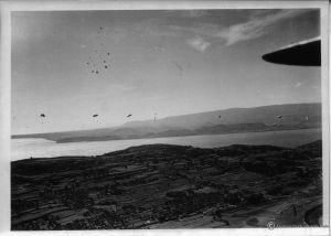 Spadochroniarze w drodze na ziemię. (dzięki alieuomini.it zdjęcia ze zbiorów Archivio Centrale dello Stato)