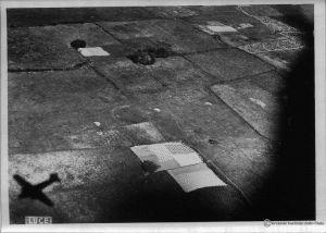 Na ziemi leżą już czasze pierwszych spadochronów (dzięki alieuomini.it zdjęcia ze zbiorów Archivio Centrale dello Stato)