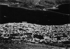 Ostatni rzut oka pilotów na stolicę wyspy Kefalonia miasto Argostolioni. W porcie widać już wodnosamoloty, które wylądowały jednocześnie ze skoczkami. (dzięki alieuomini.it zdjęcia ze zbiorów Archivio Centrale dello Stato)