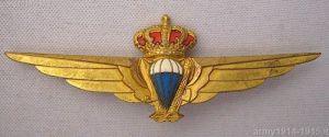 """Niezwykle cenny metalowy znaczek oznaczał otrzymanie """"nieoficjalnego"""" patentu skoczka spadochronowego w Castel Benito. Rzym uznał te patenty dopiero 15 stycznia 1939 r. (mymilitaria.it)"""