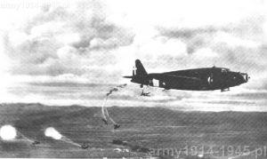 """Skok spadochroniarzy z samolotu  Savoia-Marchetti S.M.82 """"Marsupiale"""""""