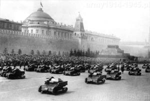 Parada tankietek na Placu Czerwonym w Moskwie.