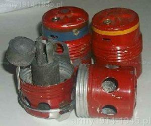 Korpusy granatów bojowych i dymnych SRCM Mod.35. Fakt, że korpus granatu dymnego jest czerwony, świadczy o tym, że pochodzą z produkcji powojennej (98° Corso A.U.C. Cesano)