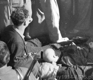 I memento dla tej broni: włoski partyzant pochyla się nad zwłokami. Widoczne zwłoki Benito Mussolini. Jednak Benito prawdopodobnie nie zginął od kul z MAB, a z amerykańskiego Thompsona, bo w taki uzbrojony był wykonawca wyroku Walter Audisio (jednak istnieje kilka wersji tego wydarzenia)