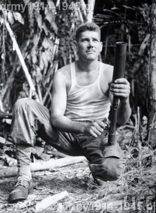 Ale tak czy inaczej była to dywersja, bo wielu Amerykanów złamało sobie nogi próbując strzelać z tej broni tak jak np. na powyższym zdjęciu...