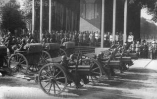 Pompatyczne defilady były specjalnością faszystów. Mimo, że starano się zmotoryzować artylerię, to aż do zawieszenia broni podstawowym sposobem holowania pozostała trakcja konna.