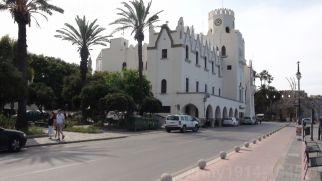 Wybudowany przez Włochów w latach 1927-1929 Pałac Gubernatora (Palazzo del Governo), pełnił na Kos rolę siedziby administracji, sądu i policji. Obecna siedziba Policji greckiej. (Isola Coo)