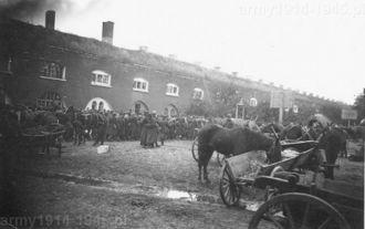 Polscy jeńcy wojenni przetrzymywani przez Niemców w Twierdzy Dęblin.