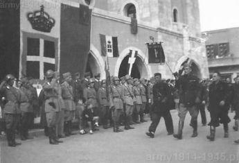 Defilada faszystów na głównym placu miasta Kos. (Isola Coo)